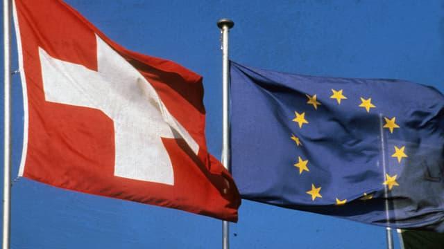 Schweizer und EU-Fahne nebeneinander