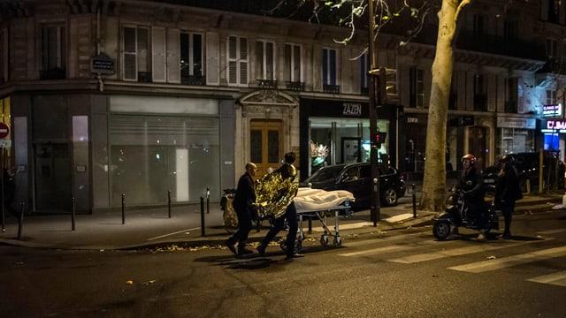 Ein Verletzter wird aus dem Bataclan evakuiert.