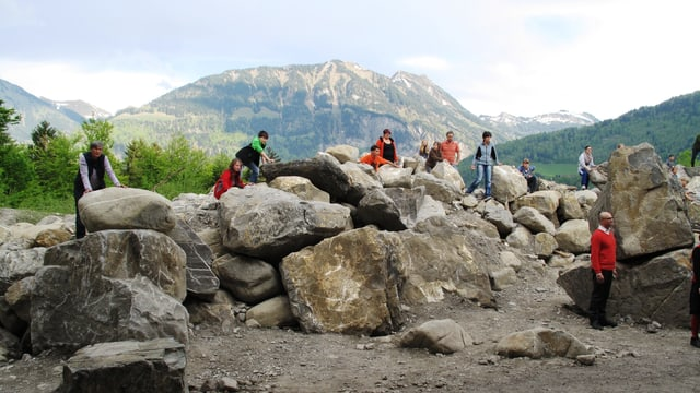 Probe in der Natur - vor mächtiger Bergkulisse