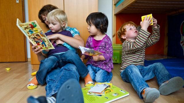 Eine Tagesmutter liest drei Kindern eine Geschichte vor.