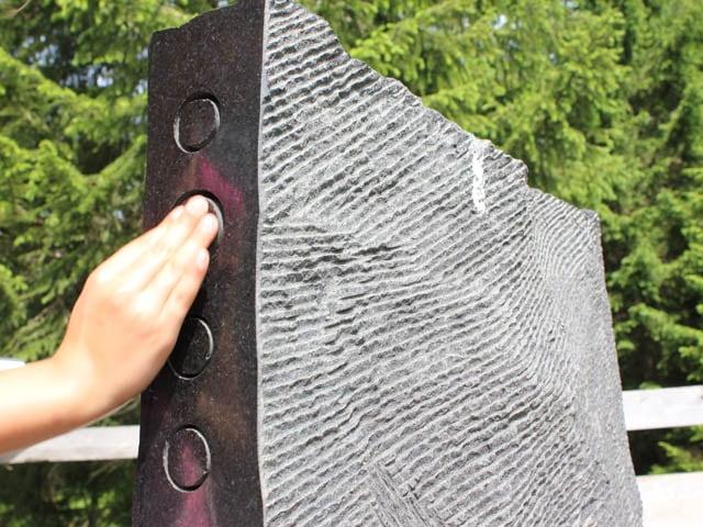 Eine Hand auf einem speziell geschliffenen Stein.
