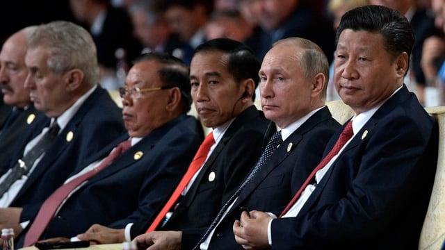 Staatsvertreter sitzen in einer Reihe: Xi Jinping, Putin und andere