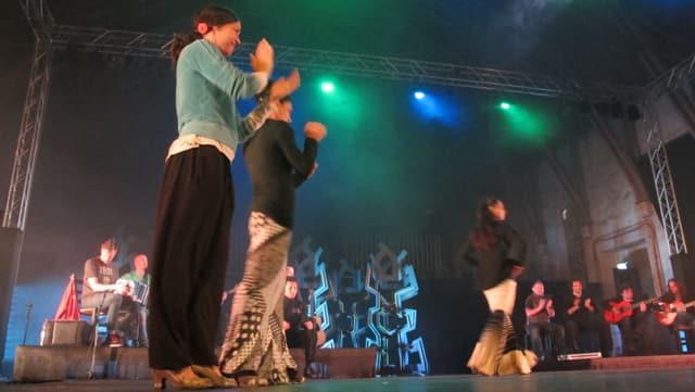 Probe in der Alten Reithalle Aarau, mit mehreren Frauen auf der Bühne, Sängern und Musikern.