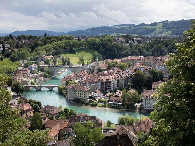 Blick auf die Berner Altstadt mit der Aare im Vordergrund.