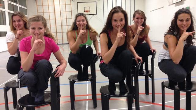 Den Burlesque-Tanz haben die jungen Frauen schon ziemlich im Griff – nur der waghalsige Sprung auf den Stuhl muss noch ein bisschen geübt werden.