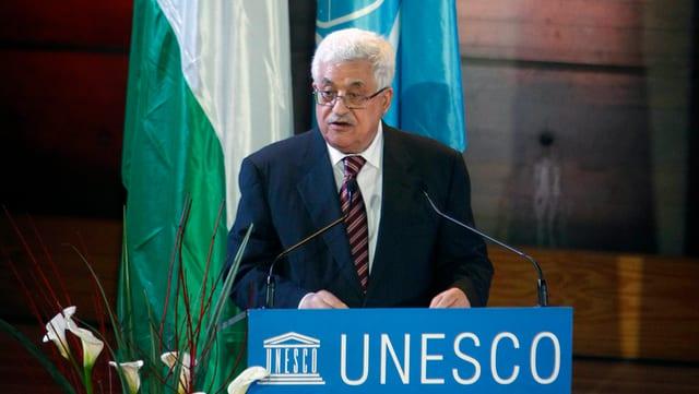 Palästinenser-Präsident Abbas steht an einem Rednerpult bei der Unesco in Paris.
