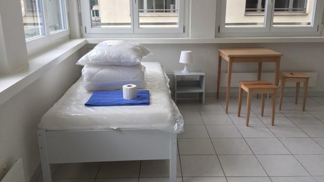 Eine sanierte Wohung mit Bett und Tisch