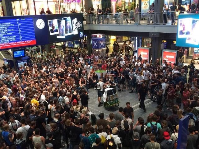 Menschenmenge im Bahnhof Bern.