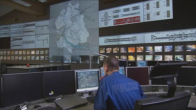 Polizist vor Computer