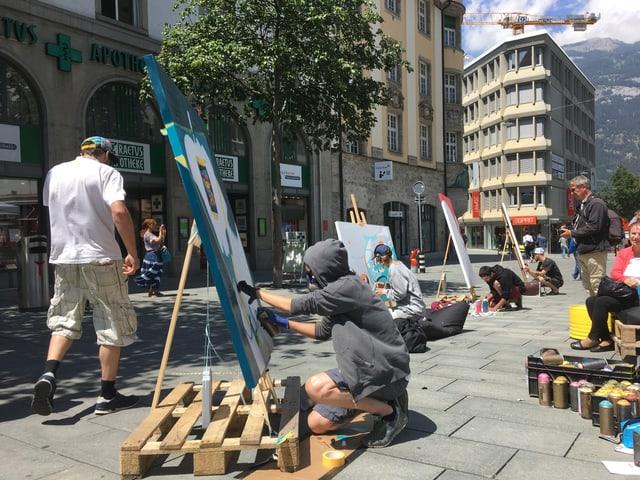 Verschiedene Künstler malen auf Leinwand auf dem Alexanderplatz