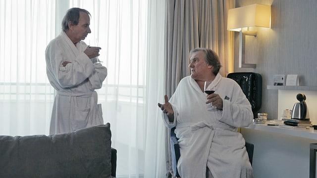Michel Houellebecq und Gérard Depardieu im Hotelzimmer.