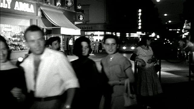 Passanen nachts auf der Zürcher Langstrasse.