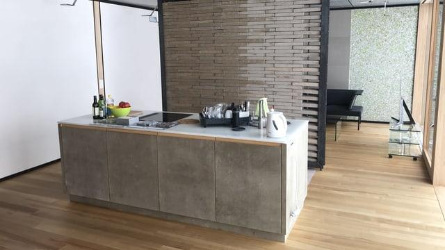 Eine Küche mit einem Block und einem Holzwand im Hintergrund.