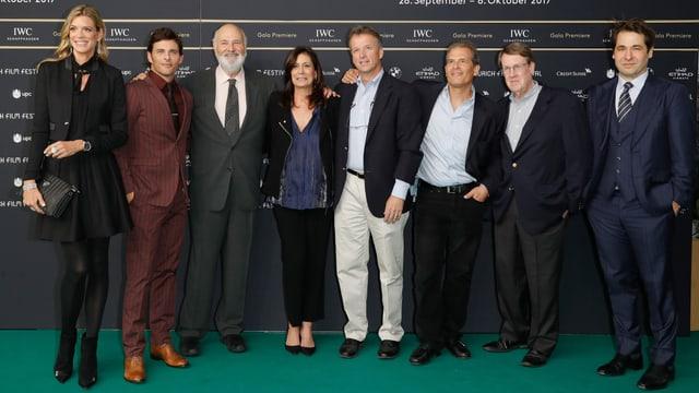 Rob Reiner mit Ehefrau und Produzentin Michele (rechts neben ihm), Darsteller James Marsden (2. v. l.), den Journalisten, deren Geschichte der Film zeigt und der Festivaldirektion.