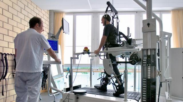 Ein Patient im Paraplegiker-Zentrum beim Lauftraining.