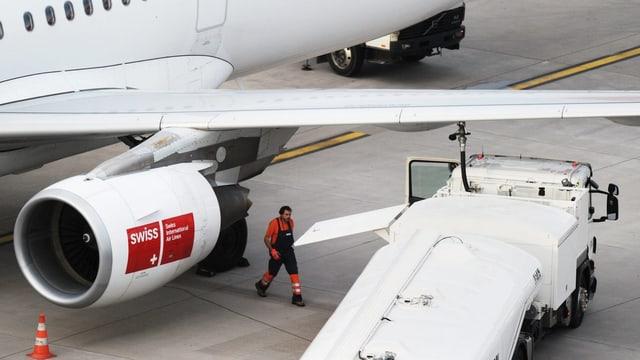 Eine SWISS-Maschine beim Betanken von Kerosin am Flughafen Zürich