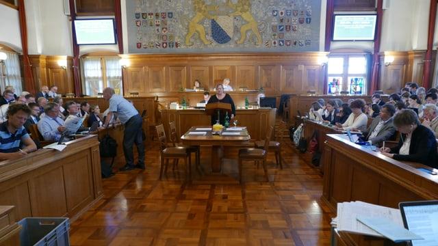 Der Kantonsratssaal mit Katrin Meier am Rednerpult