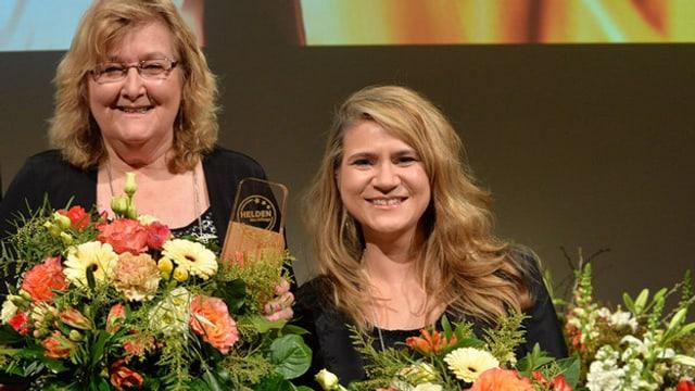 Gewinnerinnen der Auszeichnung «Helden des Alltags» mit Blumenstrauss.