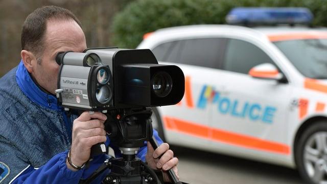 Ein Polizist macht eine Geschwindigkeitskontrolle