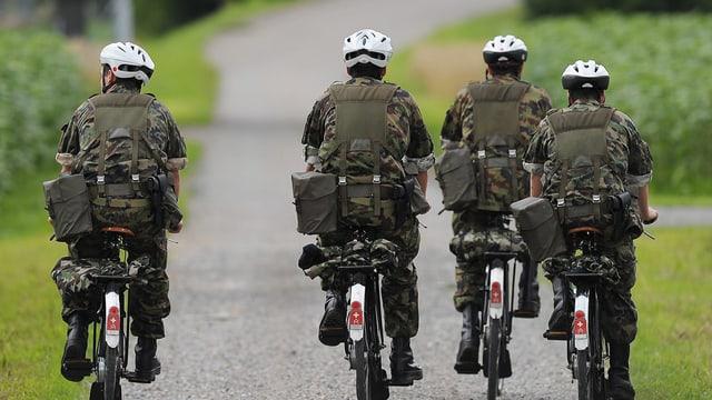 Schweizer Soldaten auf Militärvelos.