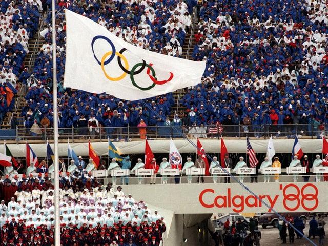 Die Olympische Fahne wird an der Zeremonie gehisst.