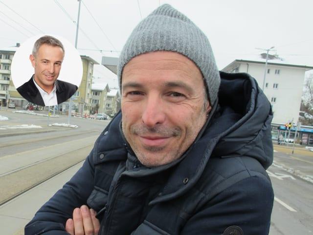 Dani Fohrler steht an der Busstation mit Mütze.