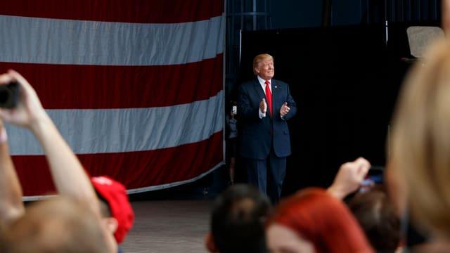 Donald Trump arriva sin ina tribuna.