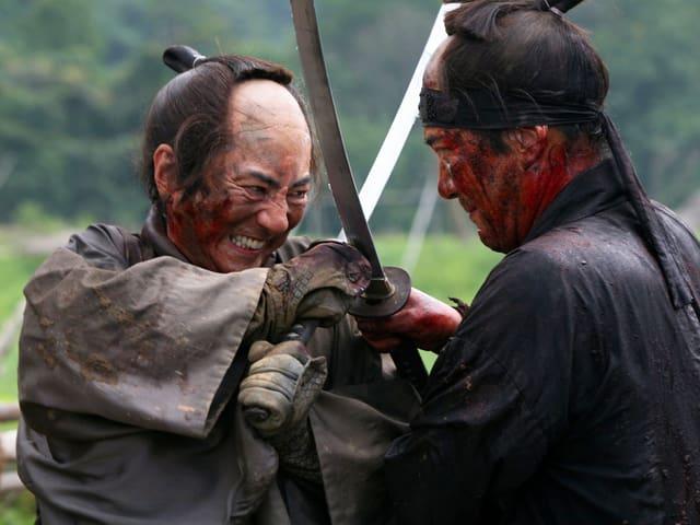 Zwei Samurai-Kämpfer kreuzen ihre Schwerter.