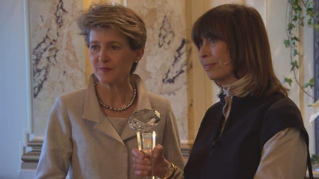 Bei der Preisverleihung des «Swiss Press Award»: Bundesrätin Sommaruga und die Preisträgerin mit verstecktem «Sprengstoffgürtel»