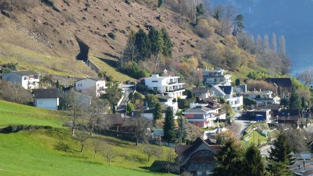 Häuser und ein Schutzdamm im Gebiet Laugneri