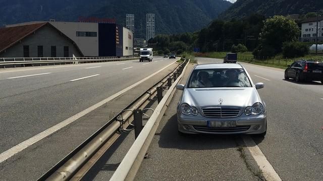 Automobilist ch'è charrà sin il fauss vial davent da l'access Cuira sid.