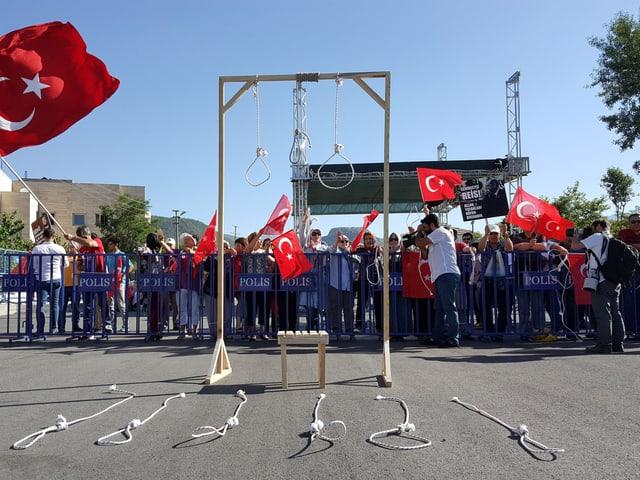 Erdogan-Anhänger fordern im Sommer 2017 die Todesstrafe für Soldaten, die Erdogans Sommerresidenz stürmten.