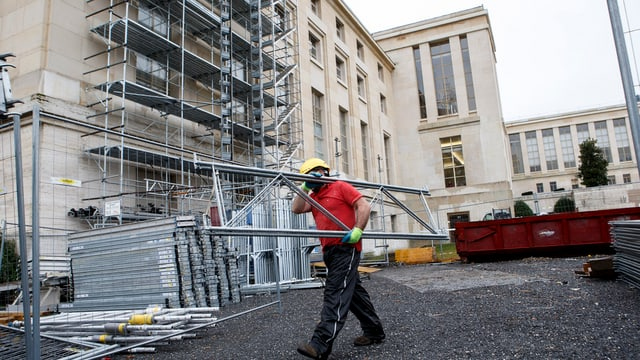 In lavurer lavura dasper il Palais des Nations a Genevra.