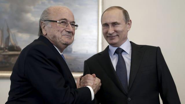 Joseph S. Blatter und Vladimir Putin geben sich die Hand.
