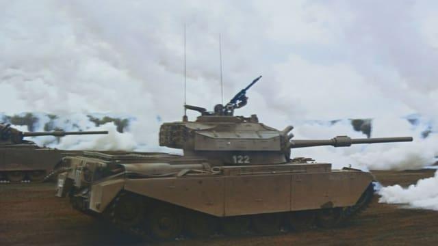 Filmstill aus «Wehrhafte Schweiz»: Panzer greifen mit Nebelgranaten an.