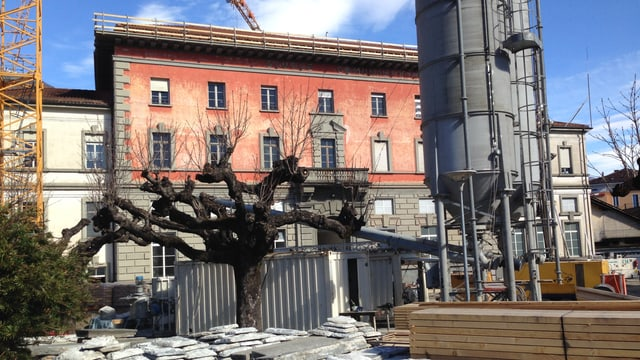 Eine Haus, das Palazzo del Cinema in Locarno, ist umgeben von einem Kranen und anderen Hinweisen einer Baustelle.