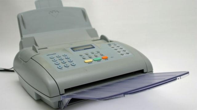 Faxgerät auf einem Tisch.