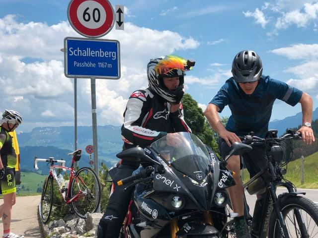Reto Scherrer unterhält sich auf der Passhöhe Schallenberg mit einem Motorradfahrer.
