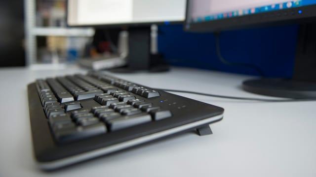 tastatura e moniturs en in biro