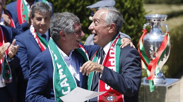 Il president dal Portugal Rebelo de Sousa (dretg) cun il trenader portugais Fernando Santos.