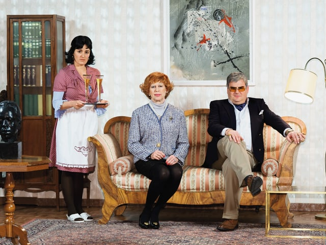 Hausmädchen Consuela (Fabienne Hadorn), Eleonor Giebler (Viktor Giacobbo) und Hermann Giebler (Mike Müller)