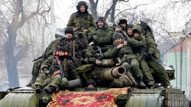 Separatisten der «Volksrepublik Donezk» sitzen eng zusammen auf dem Geschützturm eines Panzers.