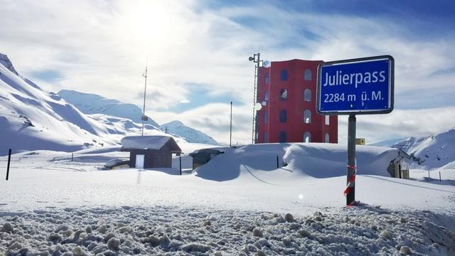 Der rote Theatertrum auf dem verschneiten Julierpass