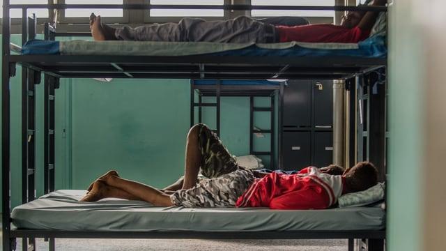 Asylbewerber in Etagenbetten.