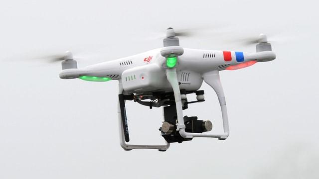 Fliegende Drohne mit einer Kamera ausgerüstet.