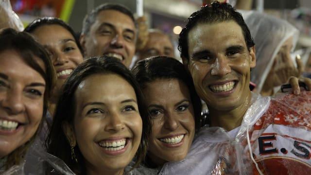 Rafael Nadal umringt von brasilianischen Schönheiten.