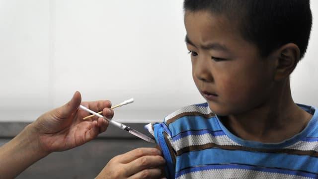 Ein chinesisches Kind wird geimpft (Spital in Qingdao, 2011).