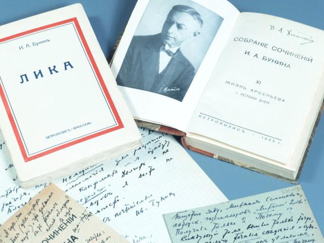 Bücher und handschriftliche Notizen des Schriftstellers Iwan Bunin.