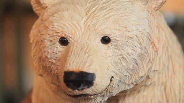 Lächelnder Bär aus Holz.
