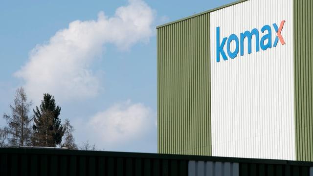 Firmenschild der Komax-Gruppe an Gebäude in Dierikon.